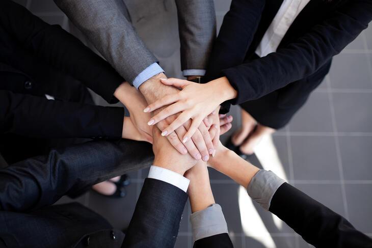 Gruppe mennesker, hender