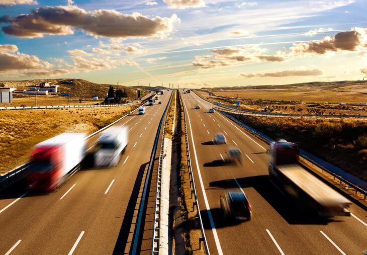 Motorvei med trafikk